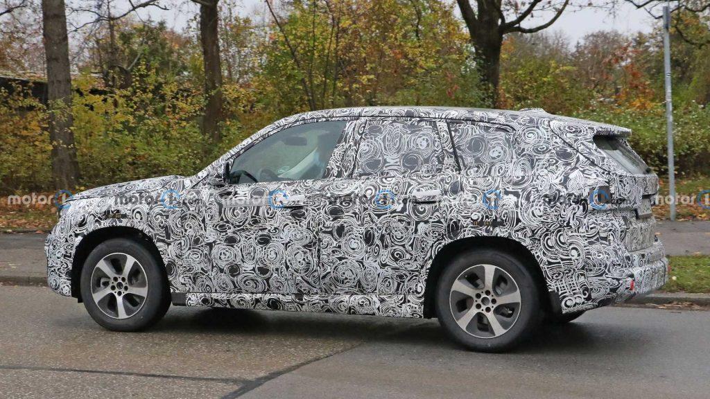 BMW iX1 - Side